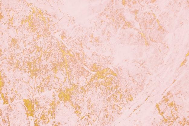 Zbliżenie na różową farbę na tle ściany