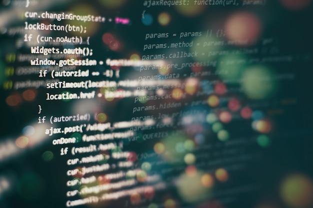 Zbliżenie na rozwój technologii programowania i kodowania. programista pracujący nad kodami stron internetowych w biurze.