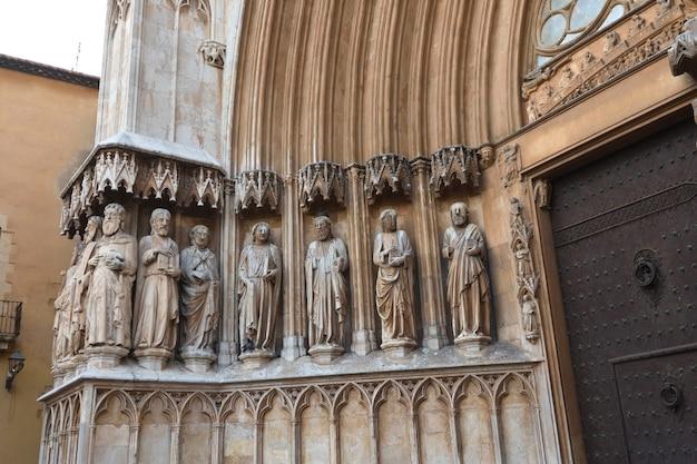 Zbliżenie na rzeźby katedry tarragona, katalonia, hiszpania