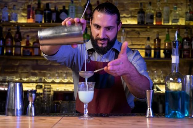 Zbliżenie na shaker barmański i koktajlowy
