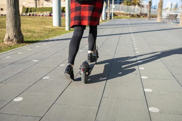 Zbliżenie na skuter elektryczny w specjalnym pasie dla rowerzystów