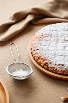 Zbliżenie na słodkie ciasto posypane cukrem pudrem