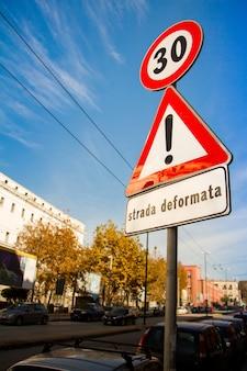 Zbliżenie na słupie znaki drogowe o ograniczeniu prędkości do trzydziestu