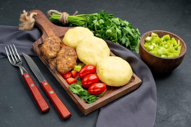 Zbliżenie na smaczne kotlety posiekane warzywa