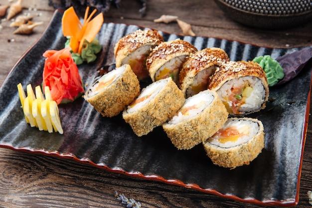 Zbliżenie na smażone sushi rolki z awokado łososiem