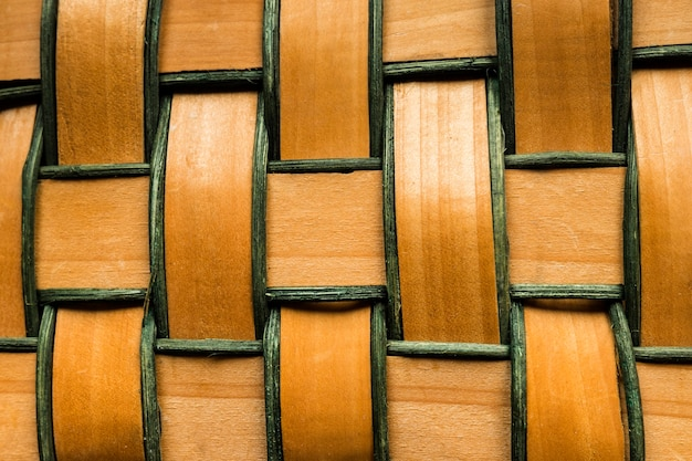 Zbliżenie na splecione drewniane paski