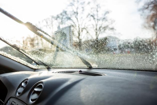 Zbliżenie na spryskiwacze przedniej szyby, dobry widok na kierowcę