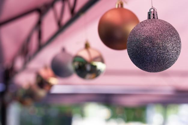 Zbliżenie na srebrną bożonarodzeniową kulę wiszącą zimową dekorację świąteczną