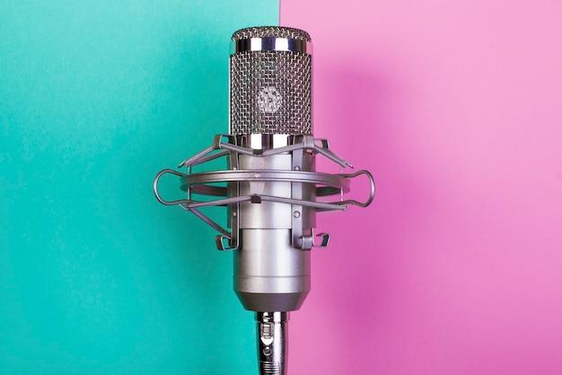 Zbliżenie na srebrny mikrofon studyjny