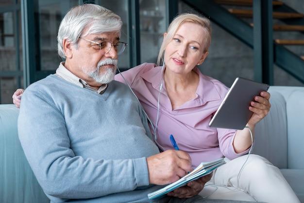 Zbliżenie na starszą parę podczas nauki