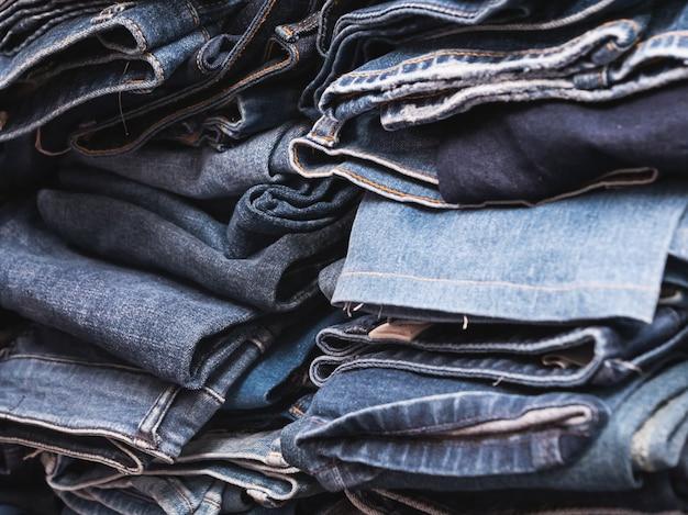 Zbliżenie na stos niebieskich dżinsów