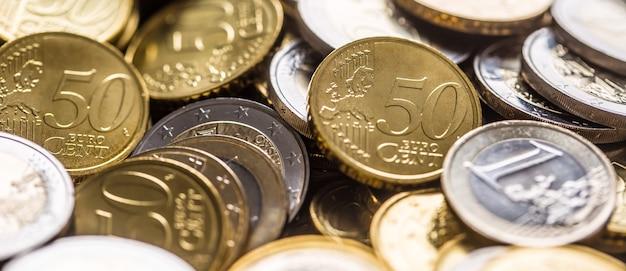 Zbliżenie na stos nowych monet euro w innych składach.