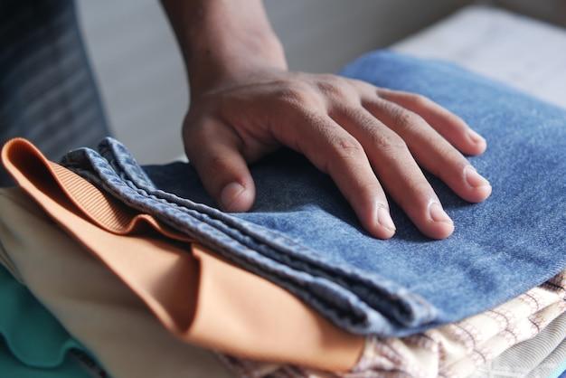 Zbliżenie na stos ubrań na stole