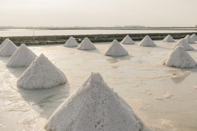 Zbliżenie na stosy soli w farmie solnej z wody morskiej