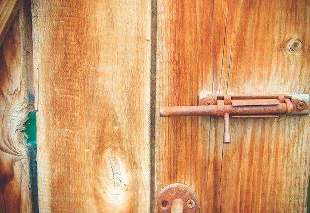 Zbliżenie Na Strukturę Drewna. Pionowe Linie Na Drzwiach. Naturalny Rysunek Na Tle Drewna. Praca Stolarza. Premium Zdjęcia