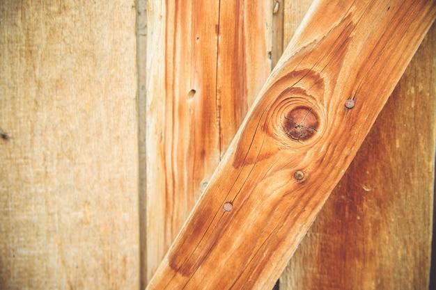 Zbliżenie na strukturę drewna. pionowe linie na drzwiach. naturalny rysunek na tle drewna. praca stolarza.