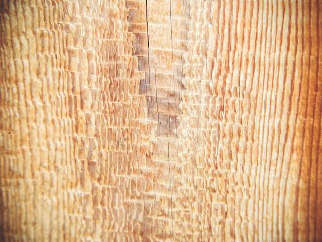Zbliżenie na strukturę drewna. pionowe linie na tablicy. naturalny rysunek na tle drewna. praca stolarza.