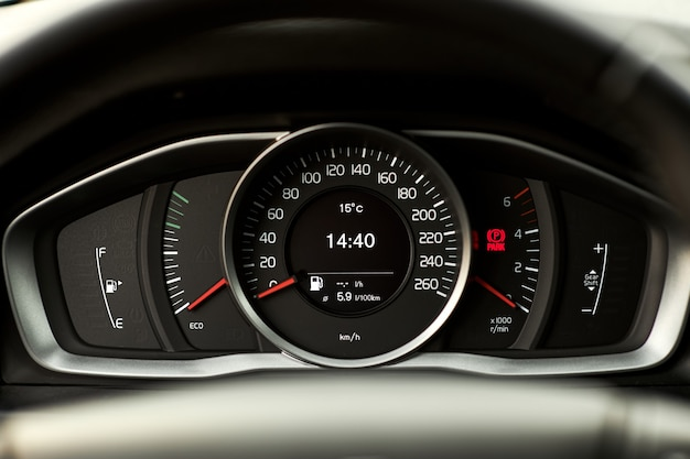Zbliżenie na stylową deskę rozdzielczą nowoczesnego samochodu.