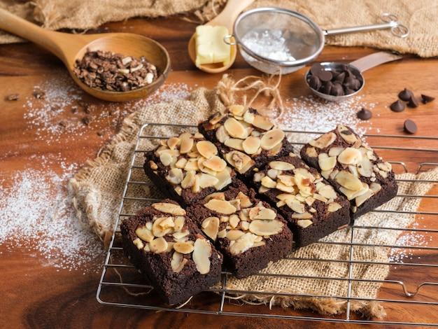 Zbliżenie na świeżo upieczone ciasteczka migdałowe