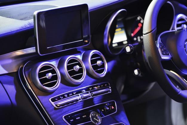 Zbliżenie na system wentylacji samochodu i klimatyzację - szczegóły i sterowanie nowoczesnego samochodu.