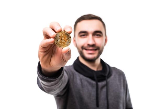 Zbliżenie na szalonego człowieka z bitcoinami w oczach, wskazując palcami na białym tle