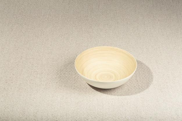 Zbliżenie na szary dywan tekstury z drewnianą miską