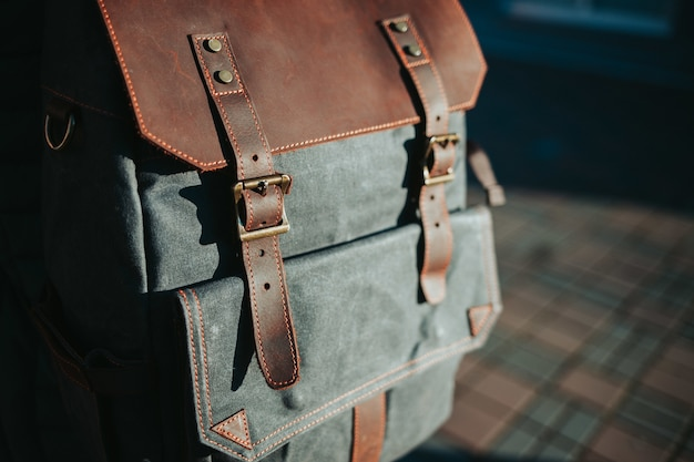Zbliżenie na szary i brązowy plecak
