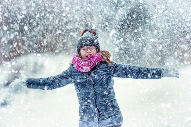 Zbliżenie na szczęśliwą dziewczynę w mroźnym zimowym parku