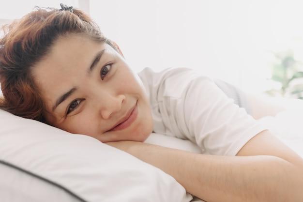 Zbliżenie na szczęśliwą kobietę po prostu obudź się w ciepły poranek lata