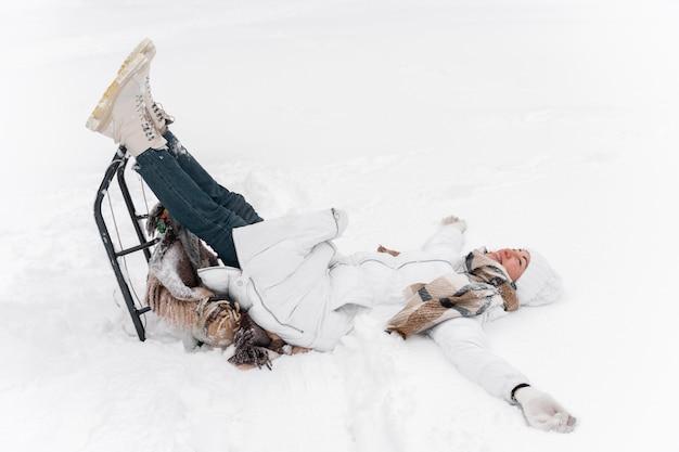Zbliżenie na szczęśliwą matkę bawiącą się na śniegu