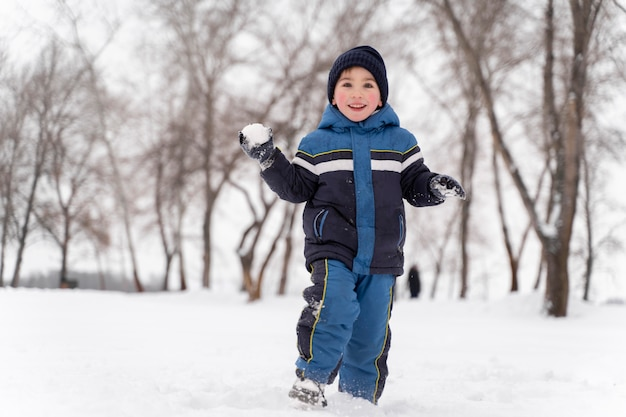 Zbliżenie na szczęśliwe dziecko bawiące się na śniegu