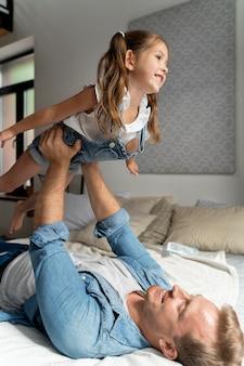 Zbliżenie na szczęśliwe dziecko z tatą