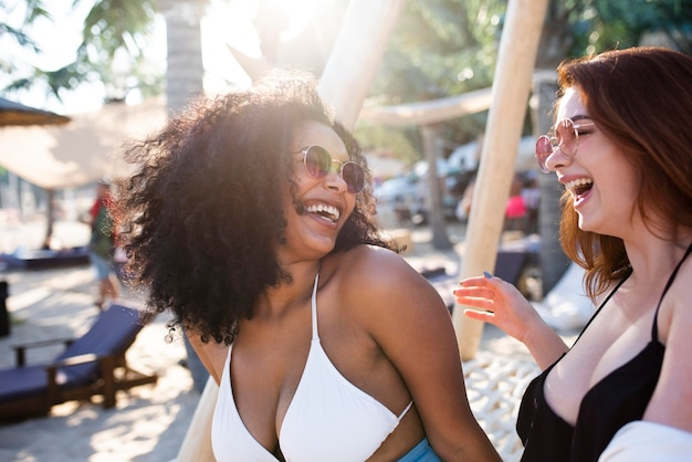 Zbliżenie na szczęśliwe kobiety spędzające czas
