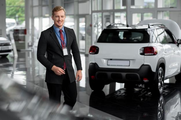 Zbliżenie na szczęśliwego biznesmena w salonie samochodowym