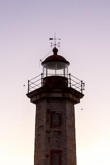 Zbliżenie na szczyt latarni morskiej z nieba