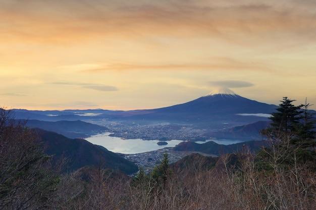 Zbliżenie na szczyt pięknej góry fuji z pokrywą śnieżną na szczycie z puszkami, piękny krajobraz górski fuji lub fujisan podczas zachodu słońca, japonia