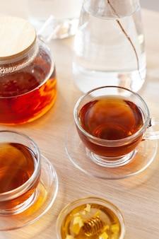 Zbliżenie na szklaną filiżankę herbaty z miodem