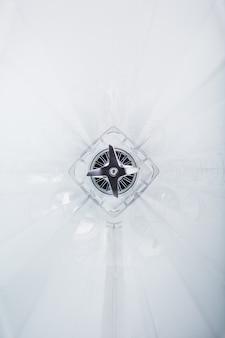 Zbliżenie na szkło blendera wykonane od wewnątrz z ostrymi ostrzami ze stali nierdzewnej pośrodku