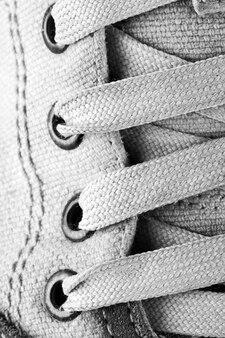 Zbliżenie na sznurowadła do butów do biegania. czarno-białe