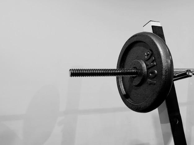 Zbliżenie na sztangę na siłowni