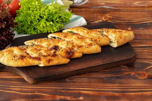 Zbliżenie na turecki chleb pide na drewnianym stole