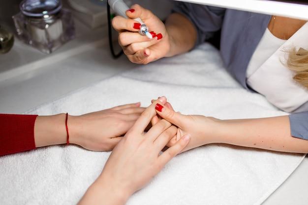 Zbliżenie na twardy manicure w salonie kosmetycznym