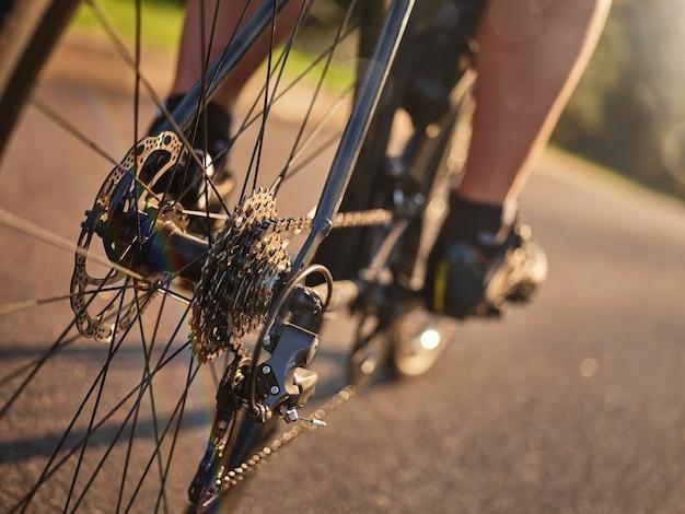 Zbliżenie na tylną kasetę prędkości roweru z jazdą na rowerze z łańcuchem i tarczą hamulcową