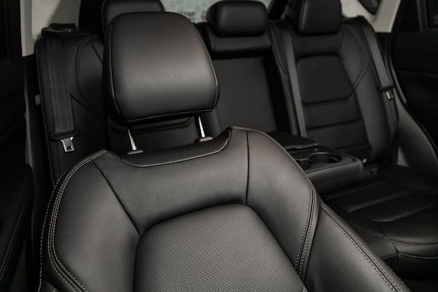 Zbliżenie na tylne siedzenie wykonane z czarnej skóry z zagłówkiem