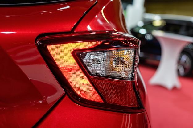 Zbliżenie na tylne światło nowoczesnego samochodu. szczegóły zewnętrzne.