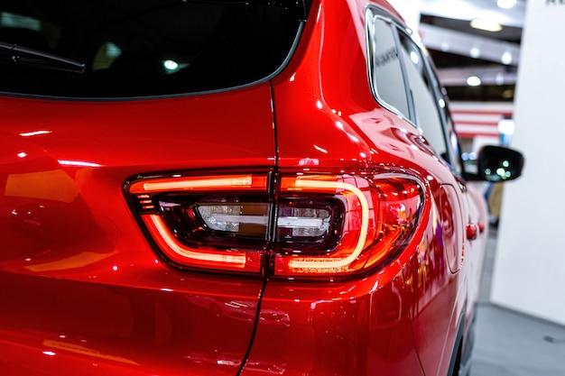 Zbliżenie na tylne światło nowoczesnego samochodu