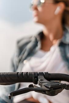 Zbliżenie na uchwyt kierownicy z kobietą