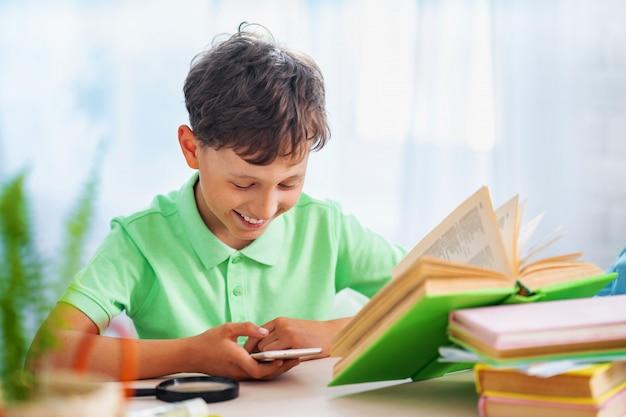 Zbliżenie na ucznia uczącego się wszystkiego w domu