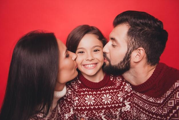 Zbliżenie na uroczych, pięknych krewnych w uroczych, tradycyjnych strojach bożonarodzeniowych z dzianiny