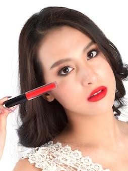 Zbliżenie na usta pięknej kobiety z czerwoną szminką.